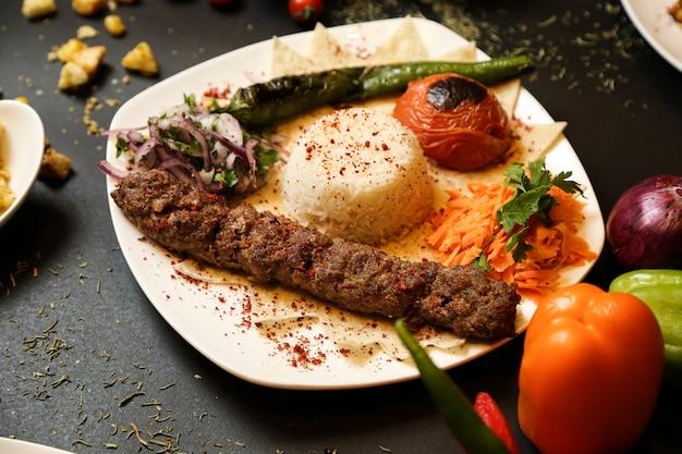 Kebab de lule com arroz e vegetais fritos