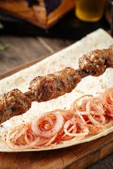 Kebab de lyulya de carne branca com cebola marinada