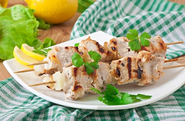 Kebab de porco grelhado com cebola