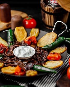 Kebab de saj de cordeiro cozido com batata, tomate, pimenta e beringela