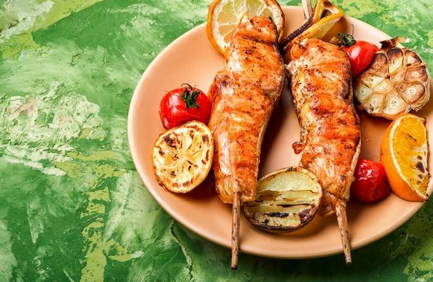 Kebab de salmão em um prato