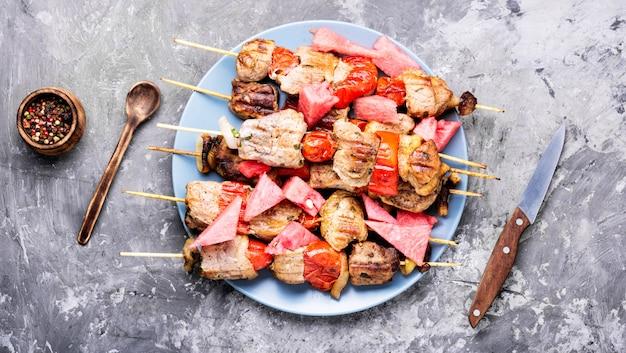 Kebab de verão, carne grelhada com melancia