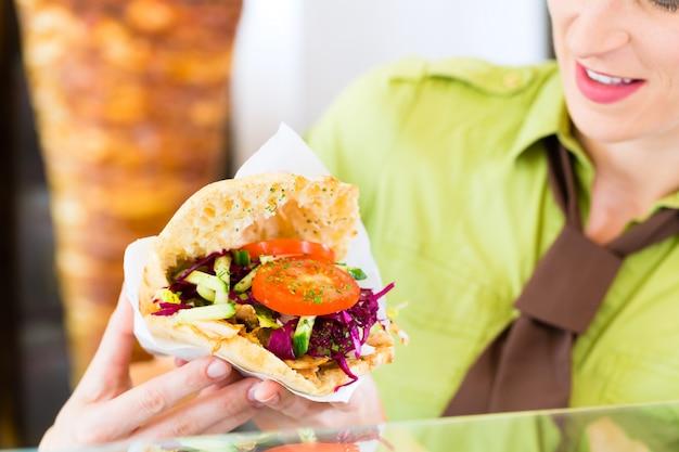 Kebab - doner quente com ingredientes frescos