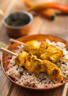 Kebab e arroz na panela