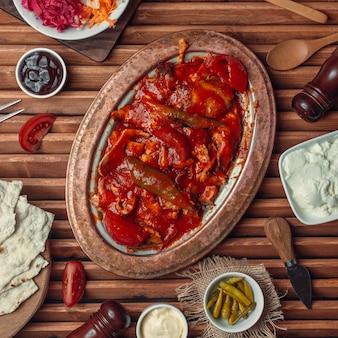 Kebab iskender na vista superior da tabela