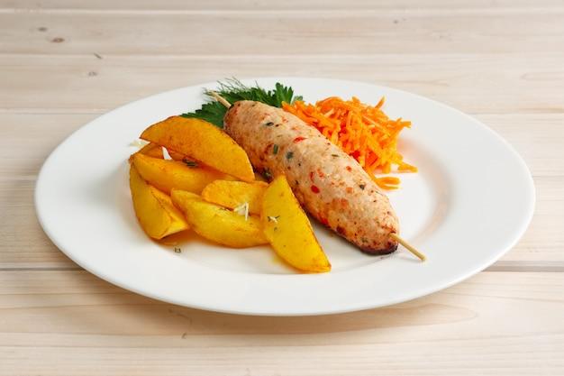 Kebab no espeto com batata frita e cenoura picante