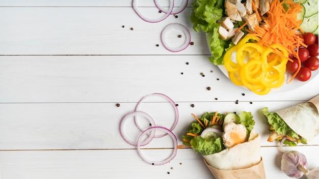 Kebab no prato com carne e vegetais com cópia-espaço