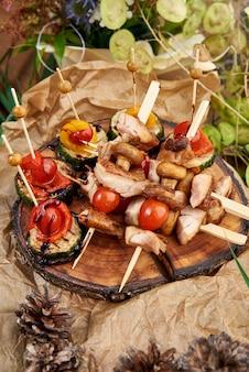 Kebabs - carne e legumes grelhados