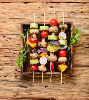 Kebabs, legumes no espeto