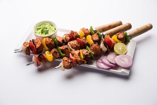 Kebabs tikka de frango indiano, marinado em especiarias e iogurte e assado em tandoor