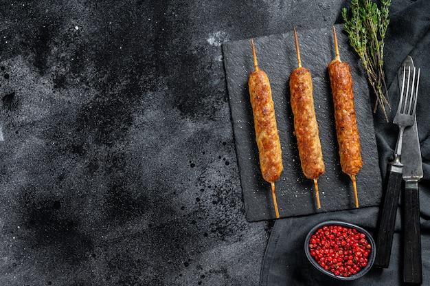 Kebabs tradicionais árabes em um quadro negro