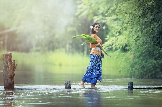 Kebaya balinesa mulheres na aldeia, bali, indonésia
