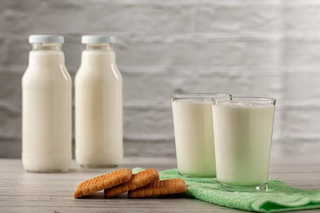 Kefir caseiro ou iogurte com probióticos. conceito de dieta de perder peso kefir.