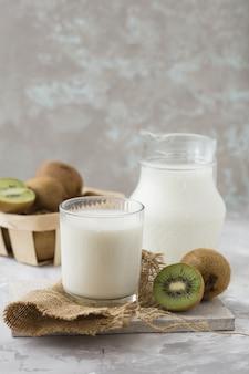 Kefir de leite probiótico orgânico e kiwi, sobre o leite em um copo, conceito de dieta de kefir