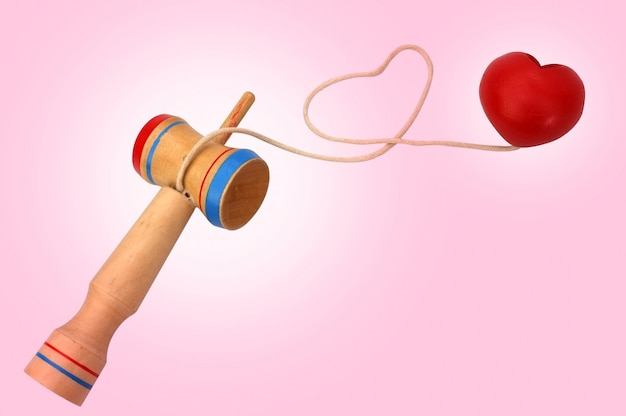 Kendama, um brinquedo tradicional japonês que consiste em uma espada e uma bola conectada por uma corda enrolada em forma de coração