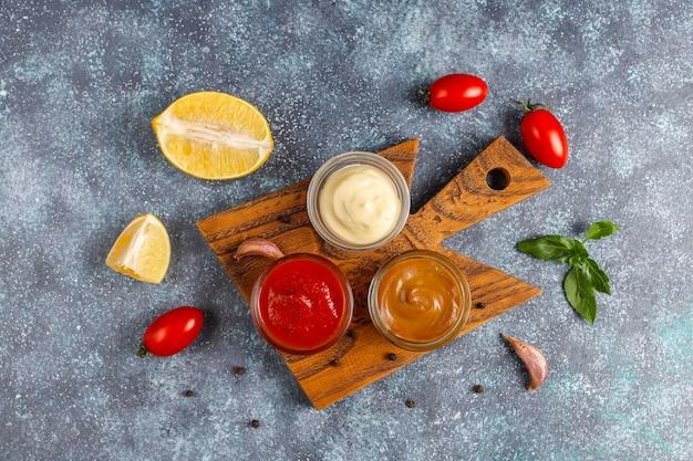 Ketchup caseiro, molho de mostarda e maionese.