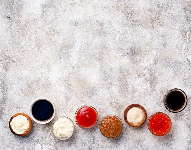 Ketchup, maionese, mostarda, rábano, molho de soja e tártaro