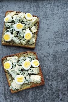 Keto dieta. torradas com queijo azul e ovos de codorna. torradas de ceto. lanche saudável.