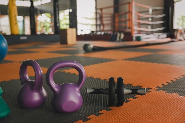Kettlebell balança na academia. exercite exercícios indoor com o conceito de halteres de kettlebell para adicionar força aos pulmões.
