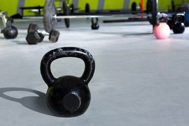 Kettlebell no ginásio crossfit com barras de elevação
