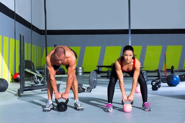 Kettlebells balanço crossfit exercício homem e mulher