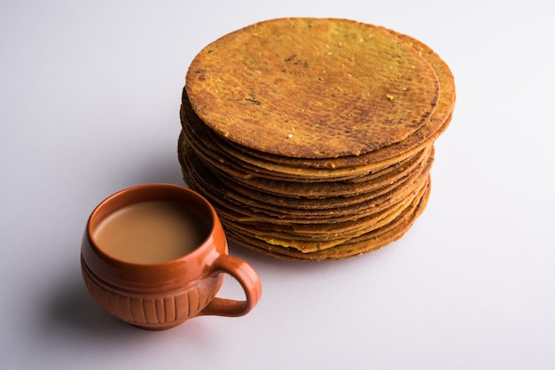 Khakhra ou khakra é um biscoito fino é um alimento de café da manhã popular jain, gujarati e rajasthani. acompanha chá quente e ketchup de tomate. sobre fundo colorido ou de madeira