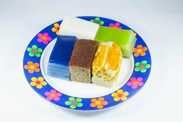 Khanom chan ou sobremesas tailandesas de cores vivas