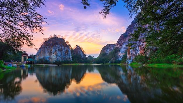Khao ngoo, paisagem mountain view em ratchaburi com nascer do sol em ratchaburi.