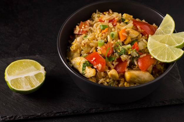 Khao pad. arroz frito com legumes, especiarias e limão
