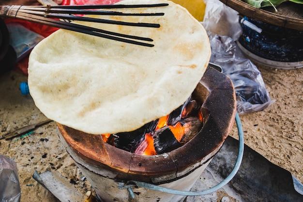 Khao-pong (biscoito nativo do arroz), petisco tailandês, sobremesas tailandesas, biscoitos do arroz.