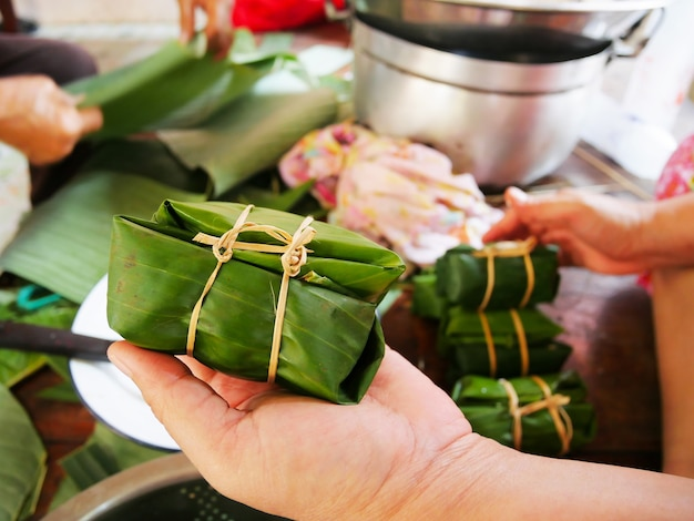 Khao tom mud, banana e arroz pegajoso embrulhe as folhas de bananeira e ferva ou cozinhe no vapor