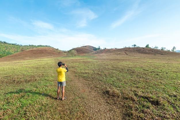 Khao ya, paisagem de montanha e céu azul em ranong, tailândia