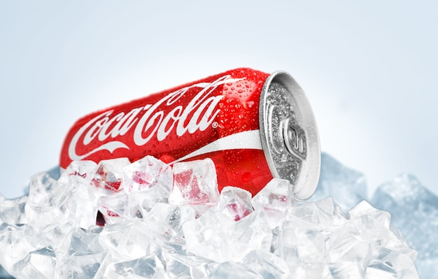 Kherson, ucrânia - 11 de novembro de 2014: coca cola pode