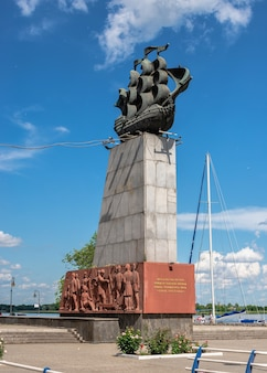 Kherson, ucrânia 12.09.2021. monumento aos primeiros construtores de navios na barragem do rio dniester em kherson, ucrânia, em um dia ensolarado de verão