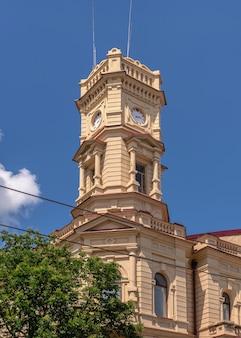 Kherson, ucrânia 12.09.2021. museu de arte regional de kherson em homenagem a oleksiy shovkunenko no centro de kherson, ucrânia, em um dia ensolarado de verão