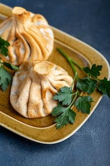 Khinkali, bolinhos da geórgia, cozinha tradicional da geórgia. khinkali em uma vista lateral do prato.