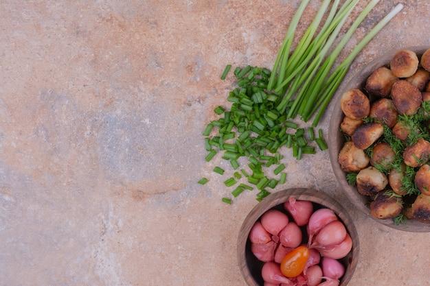 Khinkali caucasiano frito com ervas e uma xícara de comida marinada