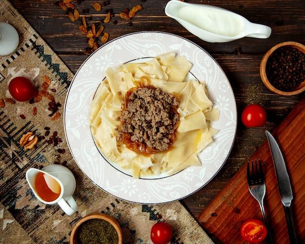 Khinkali frondoso tradicional de ã ° zeri com carne frita recheada