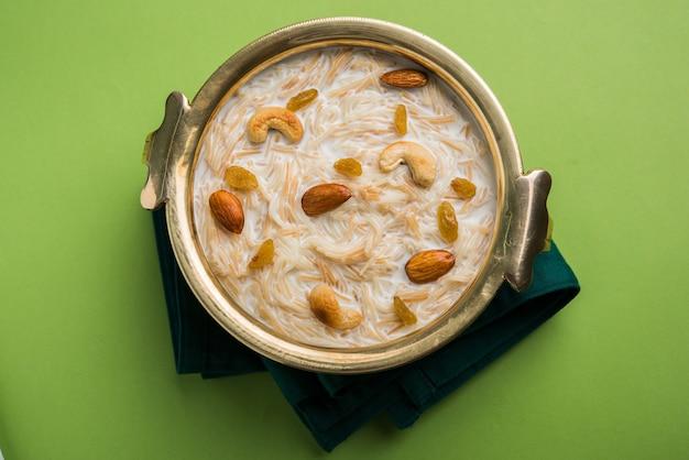 Khir ou kheer payasam, também conhecido como sheer khurma seviyan, consumido especialmente no eid ou em qualquer outro festival na índia ou na ásia. servido com coberturas de frutas secas em uma tigela