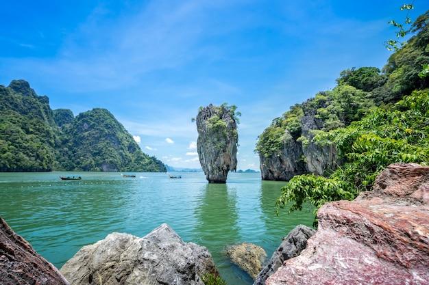 Kho tapu é uma rocha calcária afilada no mar de andaman