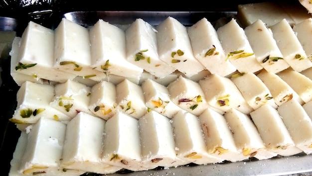 Khoya barfi famosos doces indianos. festival de comida popular da índia.