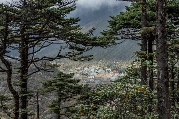 Khumjung vila verde perto de namche bazarr na região do acampamento base do everest, nepal
