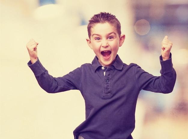 Kid celebrando