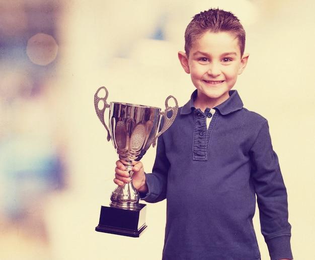 Kid com um troféu