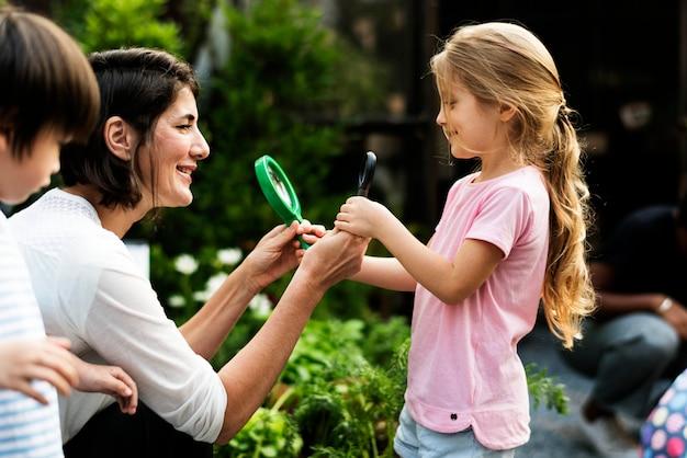Kid em uma experiência de jardim e idéia