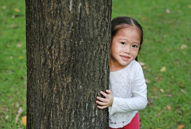 Kid esconder o corpo atrás do tronco