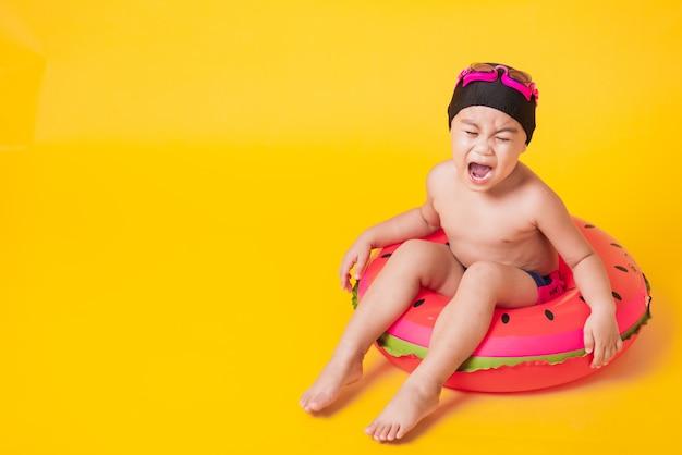 Kid hav divertido sentar no inflável