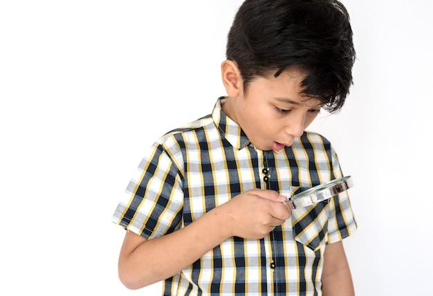 Kid magnifying glass usando explorar
