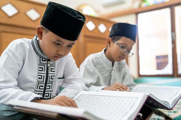 Kid muçulmano lendo alcorão