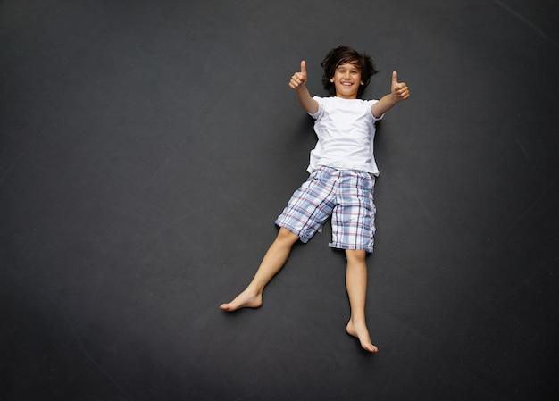 Kid saltando alto